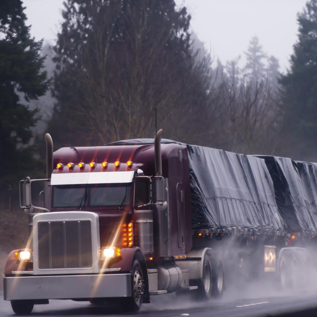 những lưu ý khi lái xe tải dưới mưa